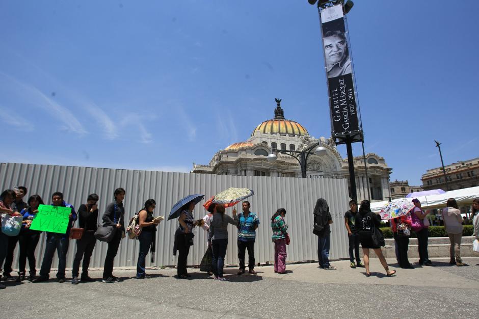 Asistentes hacen fila hoy, lunes 21 de abril de 2014, frente al Palacio de Bellas Artes de Ciudad de México (México), donde se lleva a cabo un homenaje al escritor colombiano Gabriel García Márquez. (Foto:EFE/ Mario Guzmán )