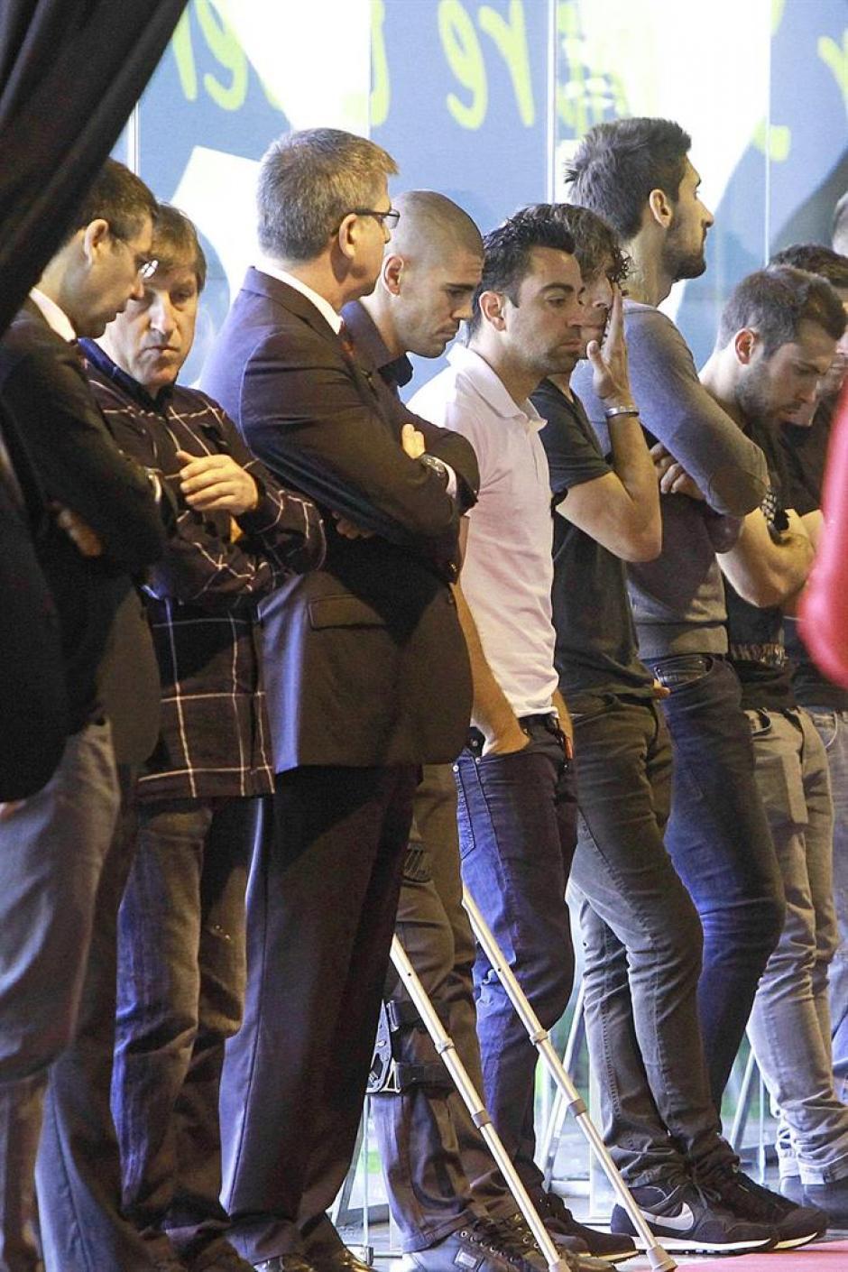 Víctor Valdés llegó en muletas, tras la operación a la que tuvo que ser sometido. El primer equipo azulgrana se despide de Tito.(Foto: EFE)
