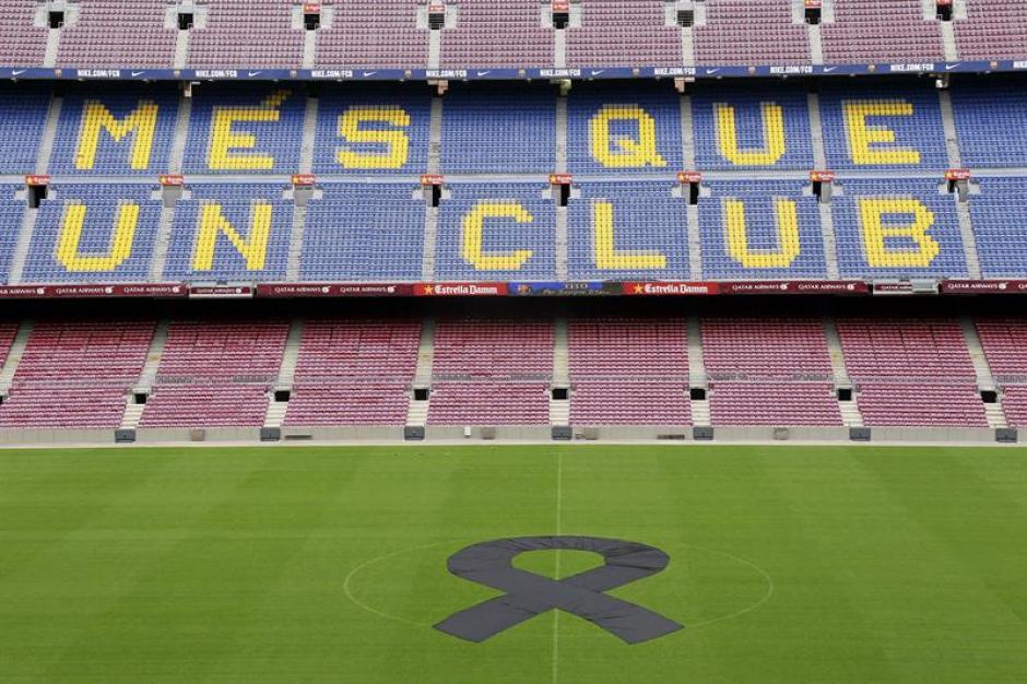 La gramilla del Camp Nou aparece con un listón negro en el centro.(Foto: EFE)