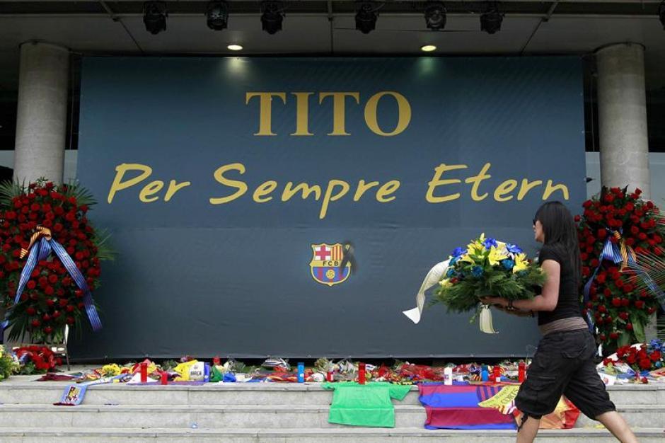 Aficionados y socios del club han dejado flores y mensajes para el extécnico barcelonista, que murió ayer tras una larga lucha contra el cáncer.(Foto: EFE)
