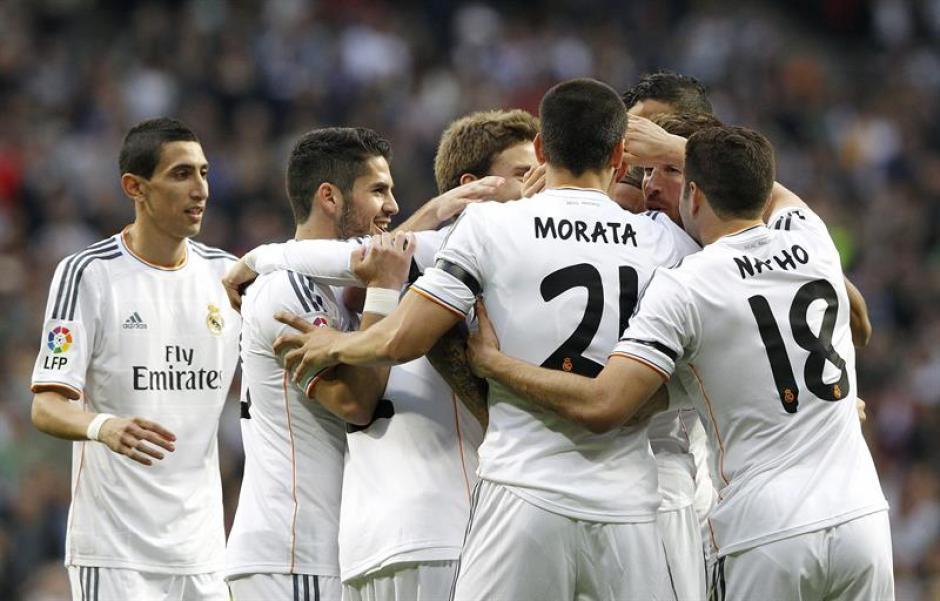 Los jugadores del Real Madrid celebran tras la anotación de CR7. (Foto: EFE)