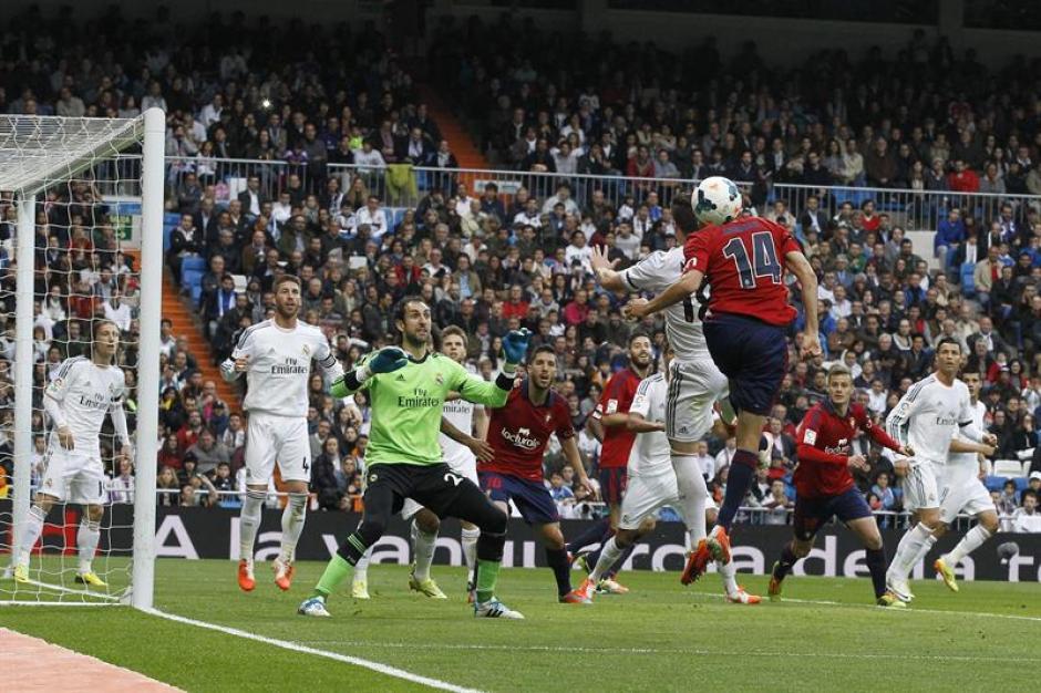 El Osasuna se la perdió.El jugador de Osasuna Arribas (14) cabecea un balón ante Diego López (3-i), portero del Real Madrid, durante el partido de Liga en Primera División que se disputó esta tarde en el estadio Santiago Bernabéu. (Foto: EFE/Kiko Huesca)