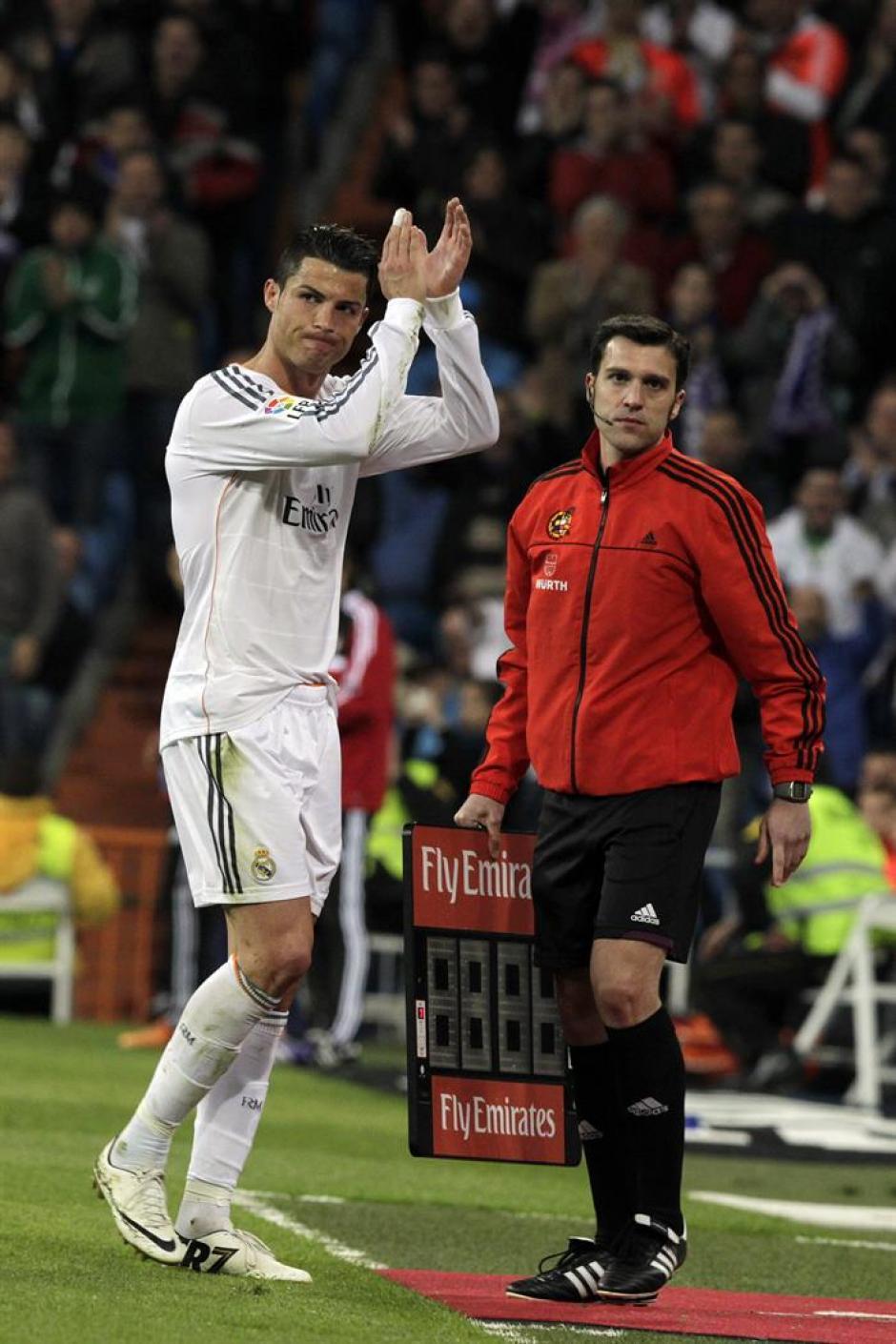El delantero portugués del Real Madrid Cristiano Ronaldo saluda a los aficionados al ser sustituido, durante el partido de Liga en Primera División ante Osasuna que se disputa esta tarde en el estadio Santiago Bernabéu, en Madrid. (Foto: EFE/Kiko Huesca)