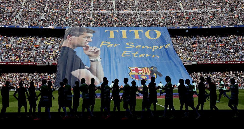 Un momento del homenaje rendido al exentrenador del FC Barcelona Francesc 'Tito' Vilanova, fallecido el pasado viernes a los 45 años, antes del comienzo del partido. EFE/Alberto Estévez