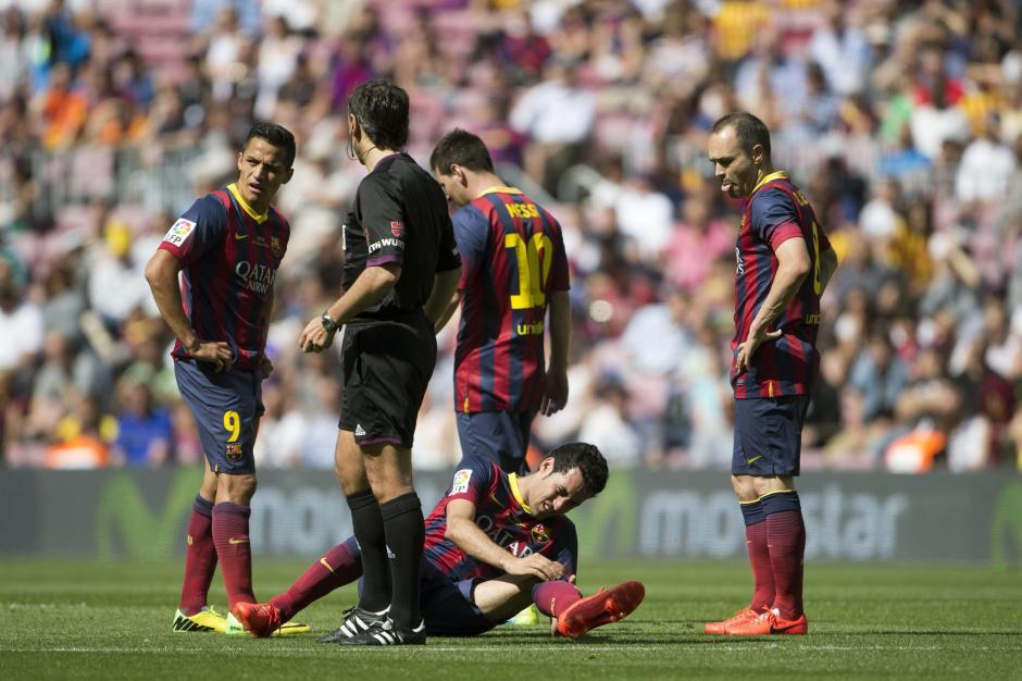 El centrocasmpista del FC Barcelona Sergio Busquets en el suelo tras una entrada, ante sus compañeros de equipo. El equipo visitante logró un importante empate en los últimos minutos de juego. (Foto: EFE/Alejandro García)