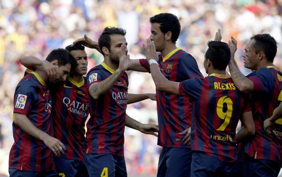 El delantero chileno del FC Barcelona Alexis Alejandro Sánchez (2d) celebra con sus compañeros el gol marcado ante el Getafe, el segundo del equipo que empató con Getafe y se aleja de la posibilidad de ganar la Liga. (Foto: EFE/Alberto Estevéz)