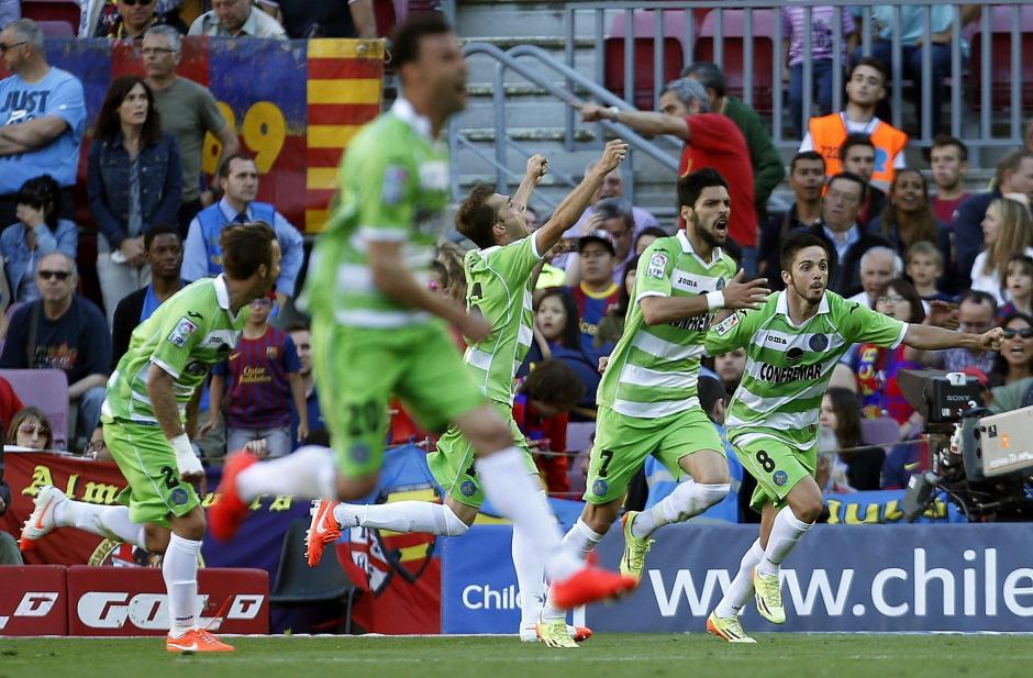 El centrocampista del Getafe, Ángel Lafita (2ºd), muestra su alegría tras marcar en el último minuto el gol del empate ante el Barcelona esto les significó el empate del partido. (Foto:EFE/Alberto Estévez)
