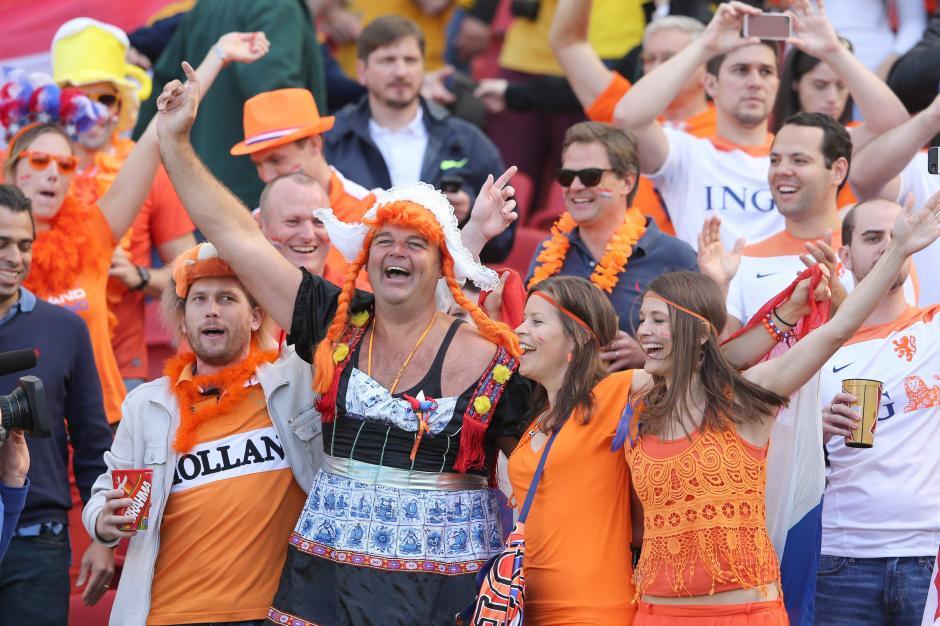 La afición de Holanda pintó de naranja los gaderíos del estadio. (Foto: EFE)