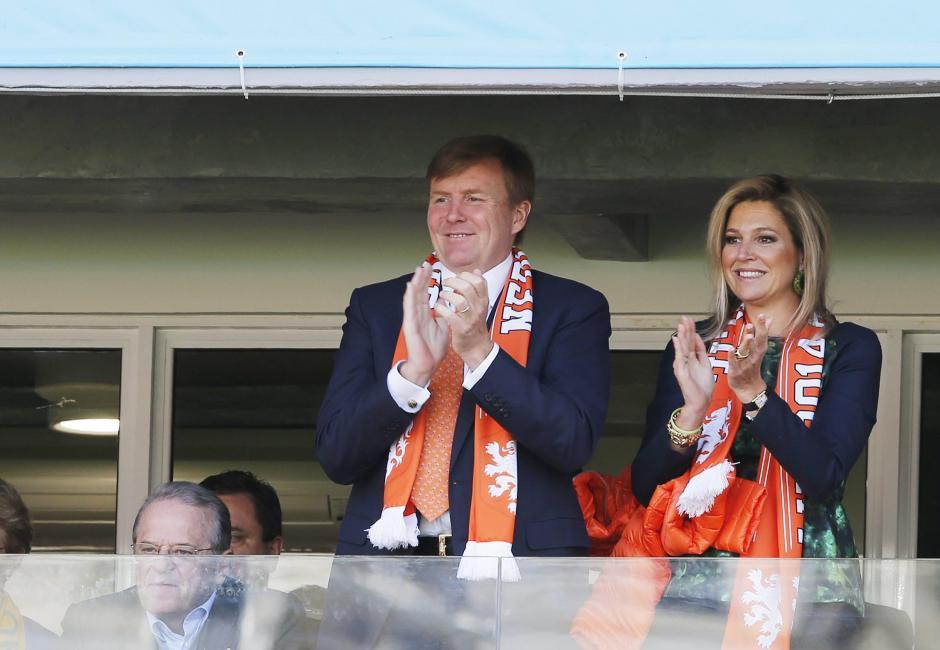 La realeza de Holanda asiste al partido. El rey de Holanda Willem-Alexander y la reina Maxima acompañan a su selección contra Australia. (Foto: EFE)