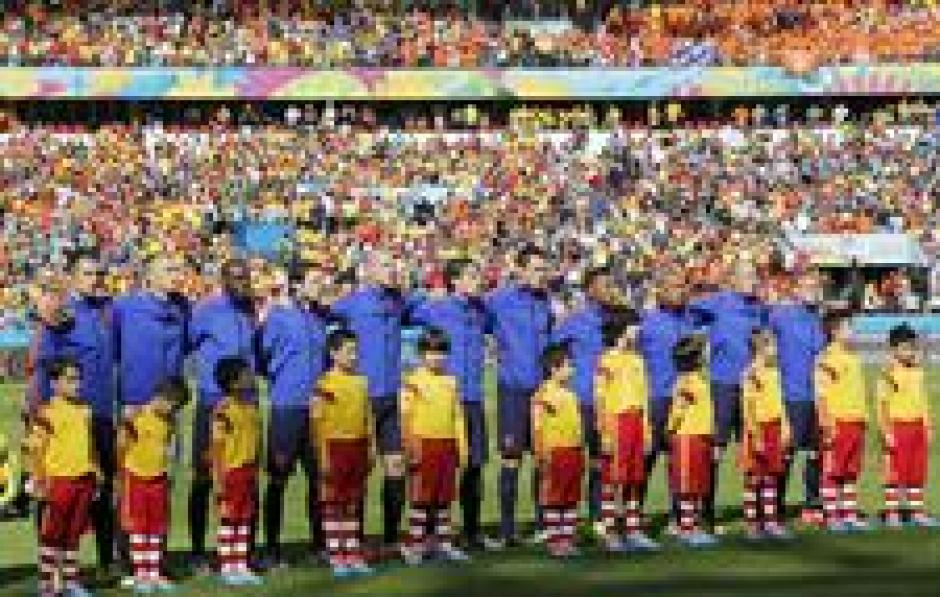 Los jugadores de Holanda al momento de cantar los himnos. (Foto: EFE)