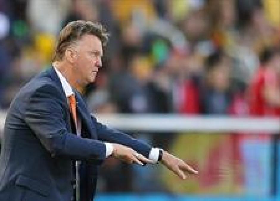 El entrenador holandés Louis van Gaal da instrucciones a sus dirigidos. (Foto: EFE)