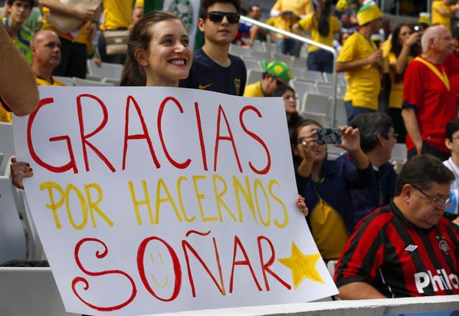 """Carteles de apoyo para """"La Roja"""" en su último partido en Brasil. (Foto: EFE)"""