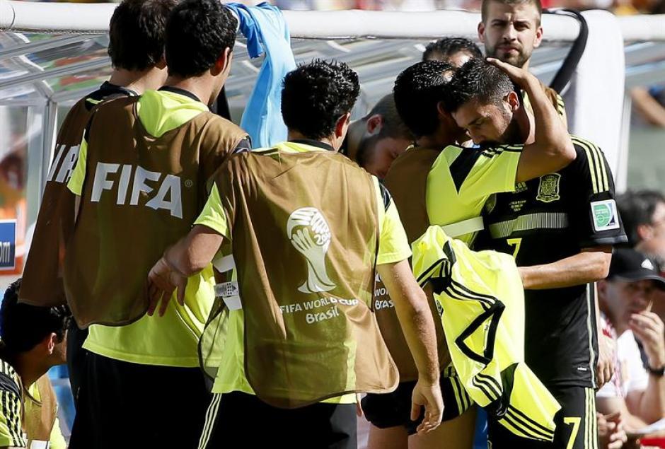"""Villa anunció su retiro de la selección antes del Mundial. Este fue su último partido con """"La Roja"""" y sus compañeros lo consuelan. (Foto: EFE)"""