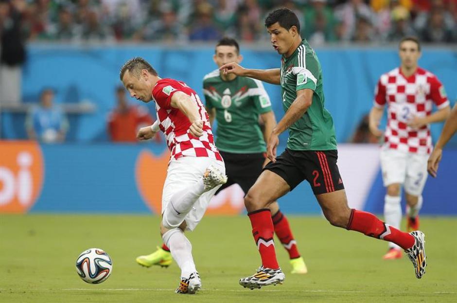 Francisco Rodríguez siguió muy de cerca al delantero croata Ivica Olic. (Foto: EFE)