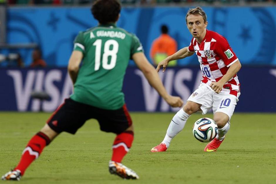 Luka Modric en una jugada con Andrés Guardado. (Foto: EFE)