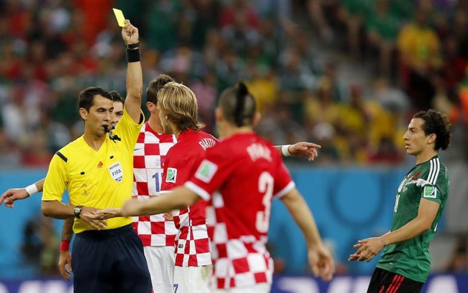El árbitro Ravshan Irmatov le mostró la amarilla al centro campista Ivan Rakitic por una fuerte entrada a Vásquez. (Foto: EFE)