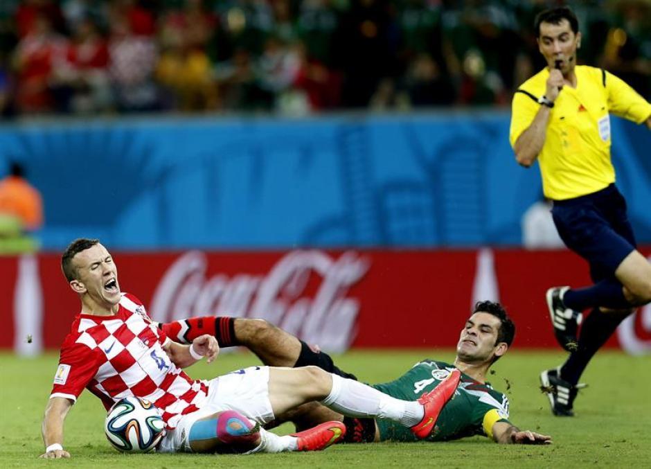 Rafa Márquez también fue amonestado por una entrada a Ivan Perisic. (Foto: EFE)