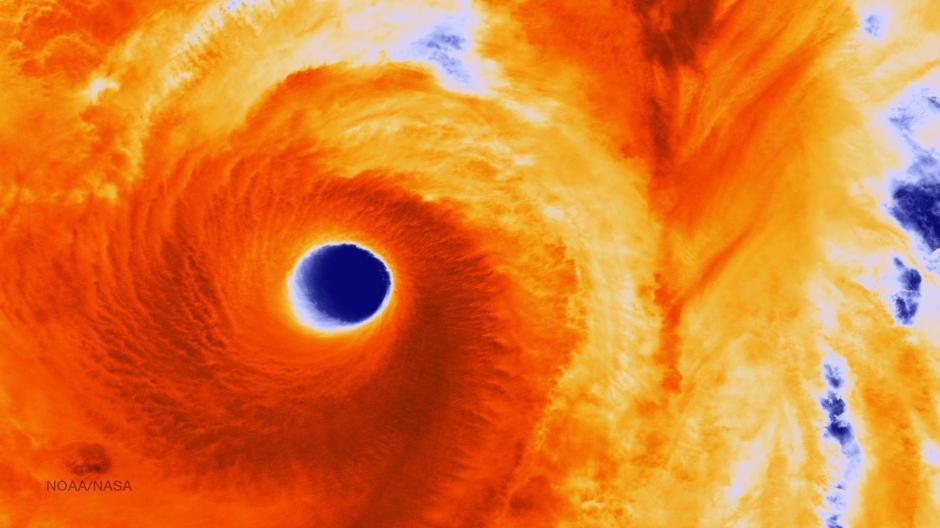 Fotografía facilitada por la Administración Oceánica y Atmosférica Nacional (NOAA) que muestra una fotografía infrarroja captada por satélite del ojo del súper tifón Vongfong a su paso hacia Japón. (Foto: EFE)