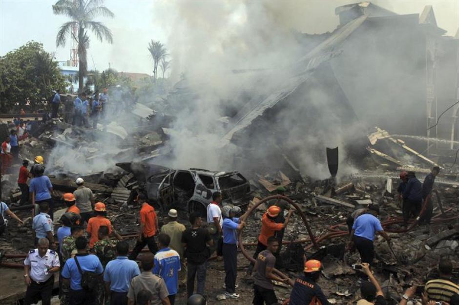 Miembros de los servicios de rescate indonesios trabajan en la búsqueda de víctimas tras estrellarse un avión militar de transporte del Ejército indonesio en Medan, Sumatra. (Foto: EFE)