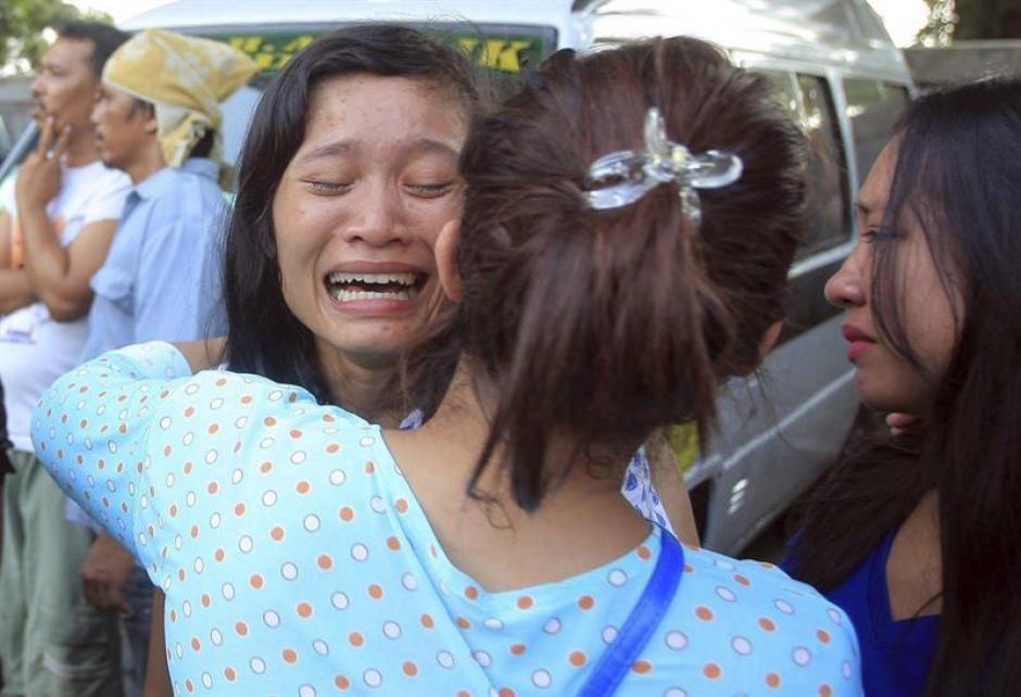 Familiares y amigos de una de las víctimas del accidente aéreo sollozan mientras esperan a ver el cuerpo en el hospital militar de Medan, Indonesia. (Foto: EFE)
