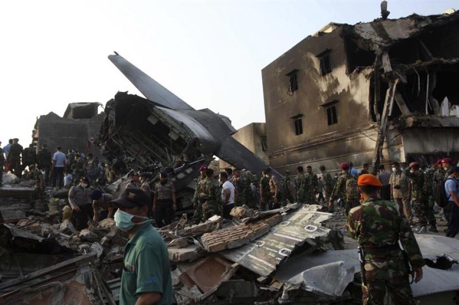 Varios miembros del servicio de rescate buscan cadáveres entre los escombros tras el accidente aéreo en Medan, Indonesia. (Foto: EFE)