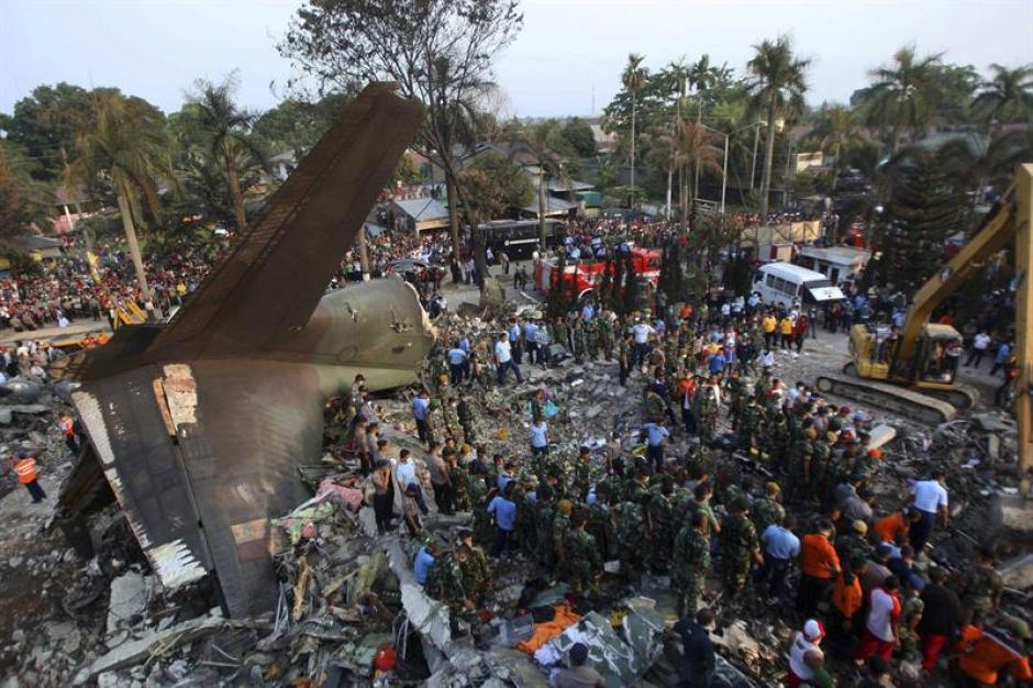 El avión de transporte del Ejército de Indonesia que se estrelló hoy en la ciudad de Medan, en Sumatra, llevaba a bordo 113 personas, incluidas una tripulación de 12 militares, según el jefe de la Fuerza Aérea, Agus Supriatna. (Foto: EFE)