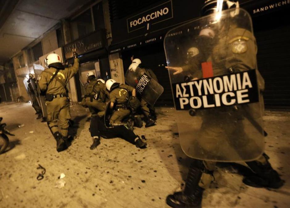 Agentes de policía detienen a otros manifestantes durante una protesta este miércoles en Grecia. (Foto: EFE)