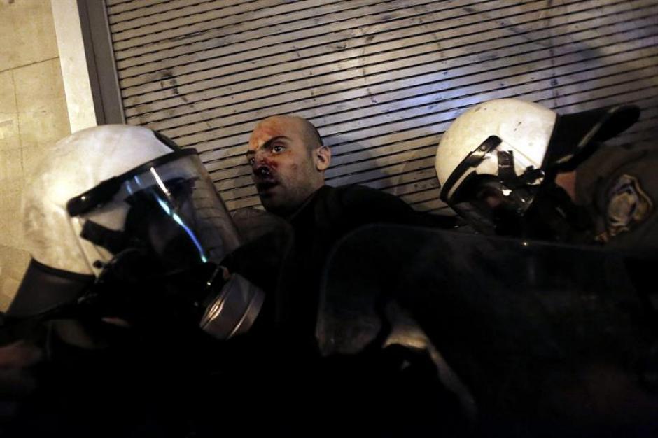 Agentes de policía detienen a un manifestante durante una protesta este miércoles en Atenas. (Foto: EFE)