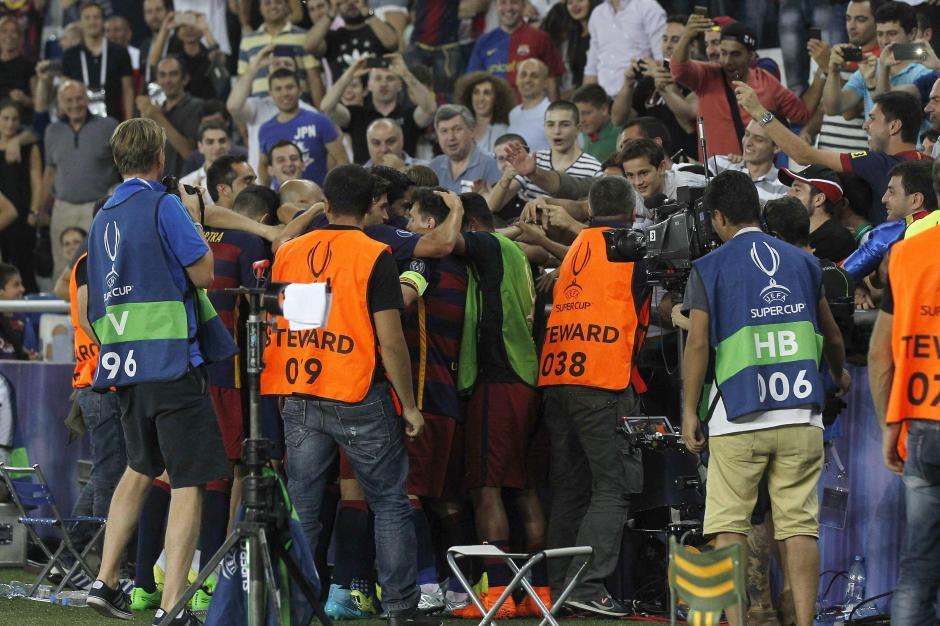 Los barcelonistas celebraron el título de la Supercopa de Europa en Tiflis, Georgia. (Foto: AFP)