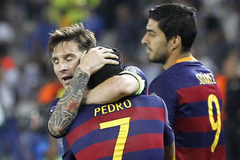 Messi felicita a Pedro, quien anotó el gol del triunfo del Barcelona ante el Sevilla que le dio a los culés su quinta Supercopa de Europa