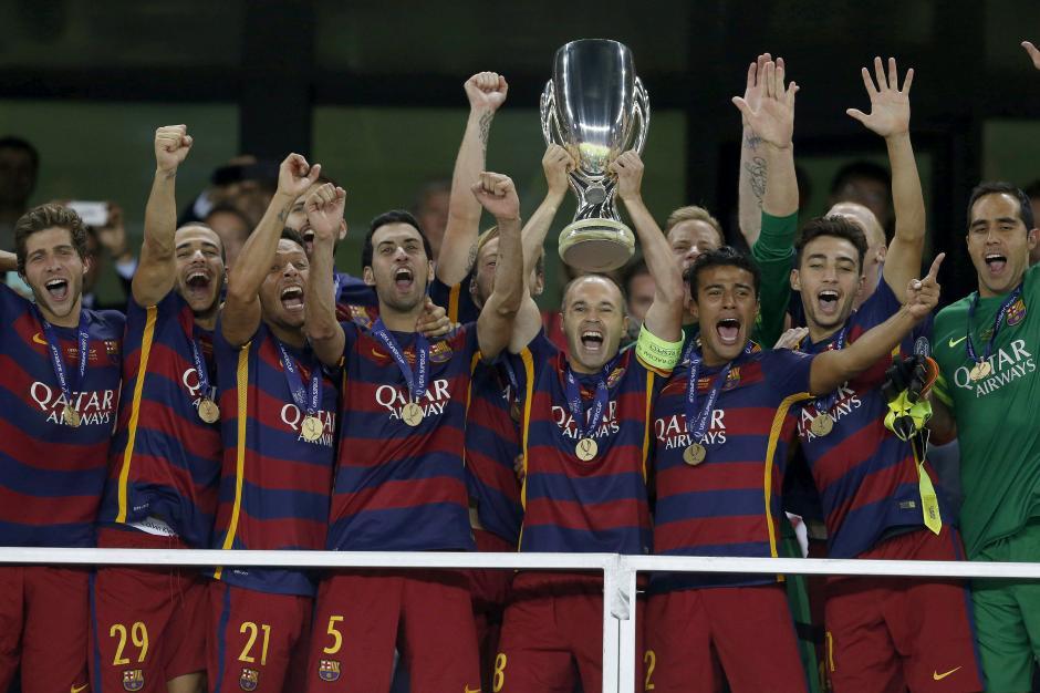 Iniesta fue el encargado de levantar la quinta Supercopa de Europa en la historia del Barcelona, su cuarto título del 2015. (Foto: EFE)