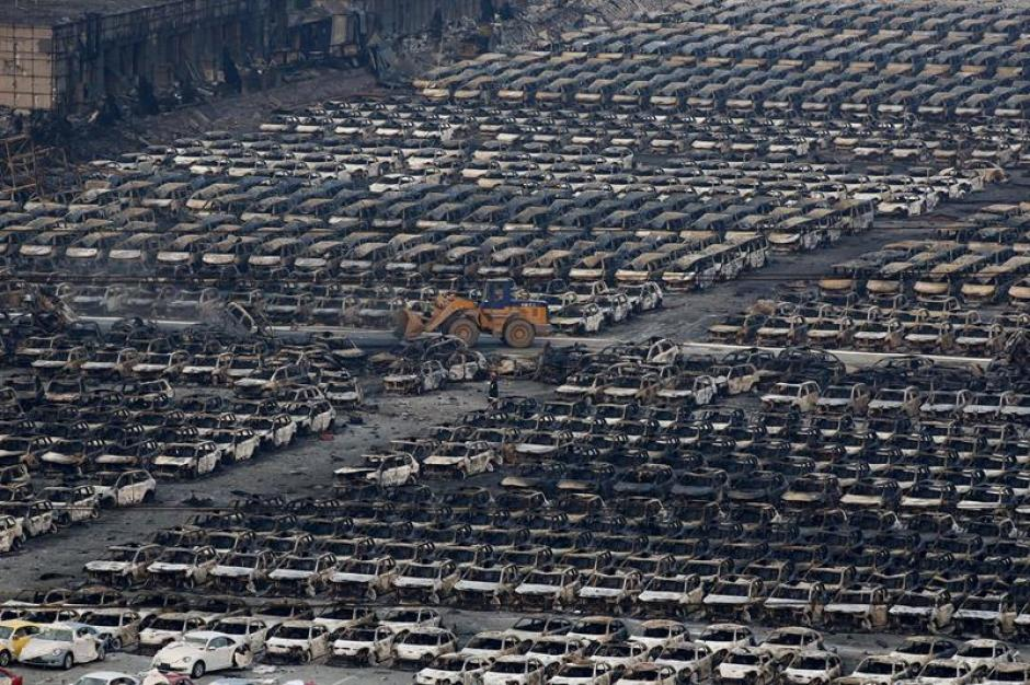 Vista cientos de vehículos quemados tras varias explosiones en China. (Foto: EFE)