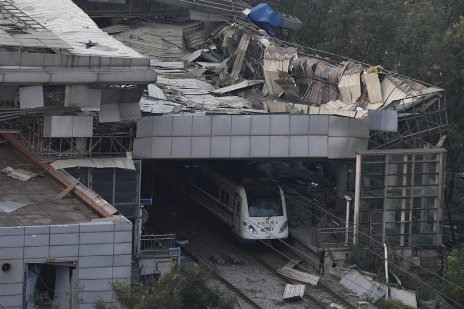 Vista de los daños que ha sufrido una estación de trenes tras varias explosiones en China. (Foto: EFE)