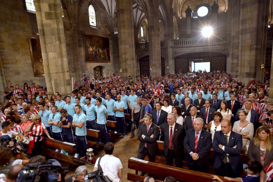 El cuerpo técnico y jugadores del Athletic durante una misa de agradecimiento. (Foto: EFE)