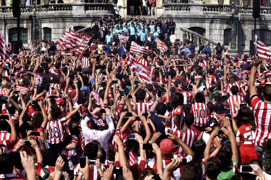 Una apoteósica fiesta se celebró en Bilbao a la llegada del Athletic.
