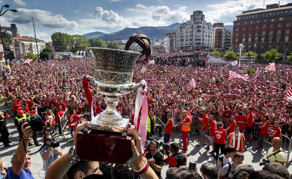 El trofeo de la Supercopa de España llegó a Bilbao. (Foto: EFE)