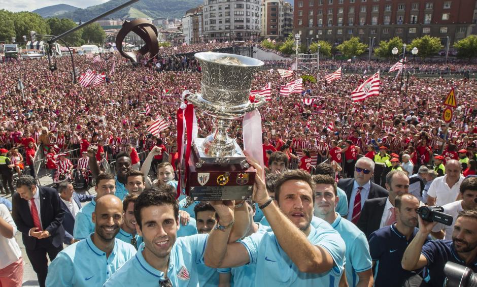 El Athletic, que el martes le ganó la Supercopa de España al Barcelona, fue recibido en Bilbao, España. (Foto: EFE)
