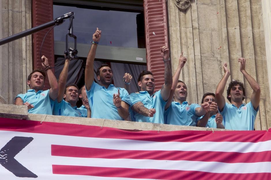Los jugadores del Athletic saludan desde el ayuntamiento a su llegada a Bilbao