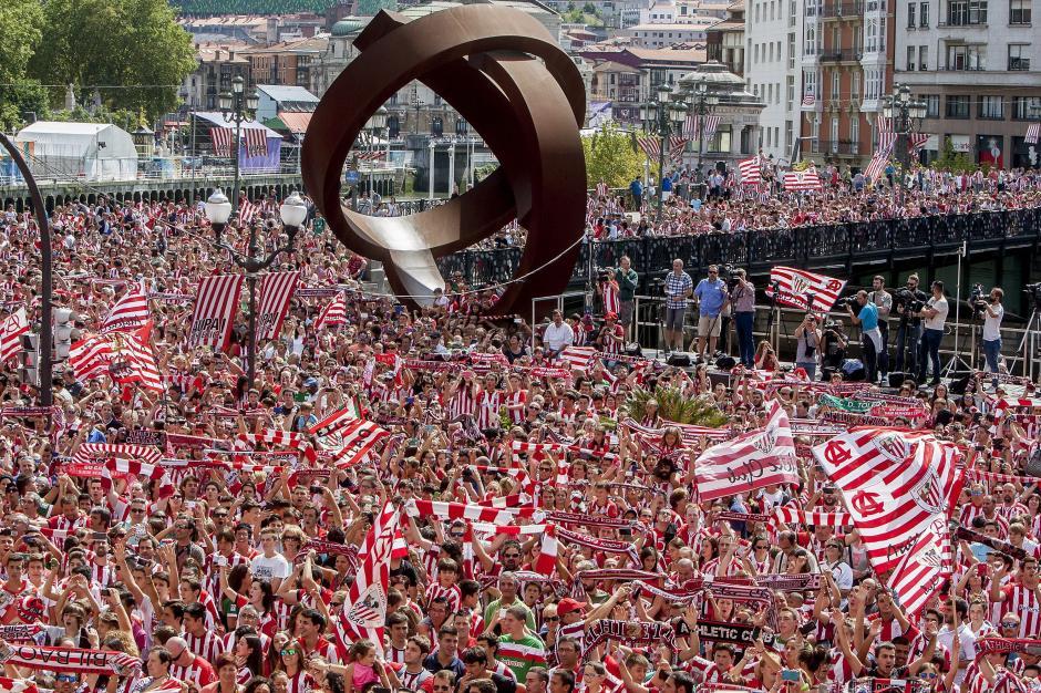 Miles de seguidores del Athletic salieron a las calles de Bilbao para celebrar la segunda Supercopa de España de su historia. (Foto: EFE)