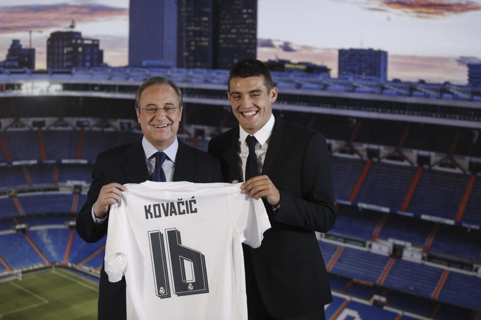 Florentino Pérez y Mateo Kovacic sonríen durante la presentación del croata como nuevo jugador madridista. (Foto: EFE)
