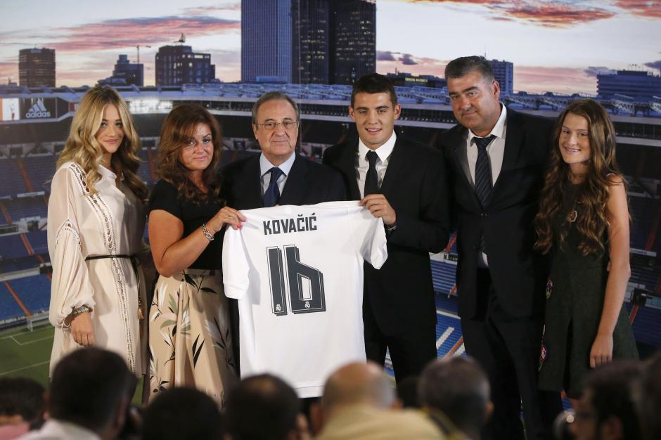 Directivos y familiares de Kovacic durante la presentación del jugador croata con el Real Madrid. (Foto: EFE)