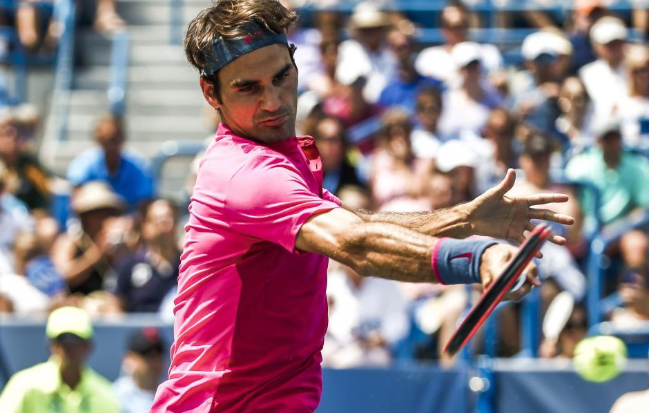 Federer captado durante una acción del duelo ante Djokovic