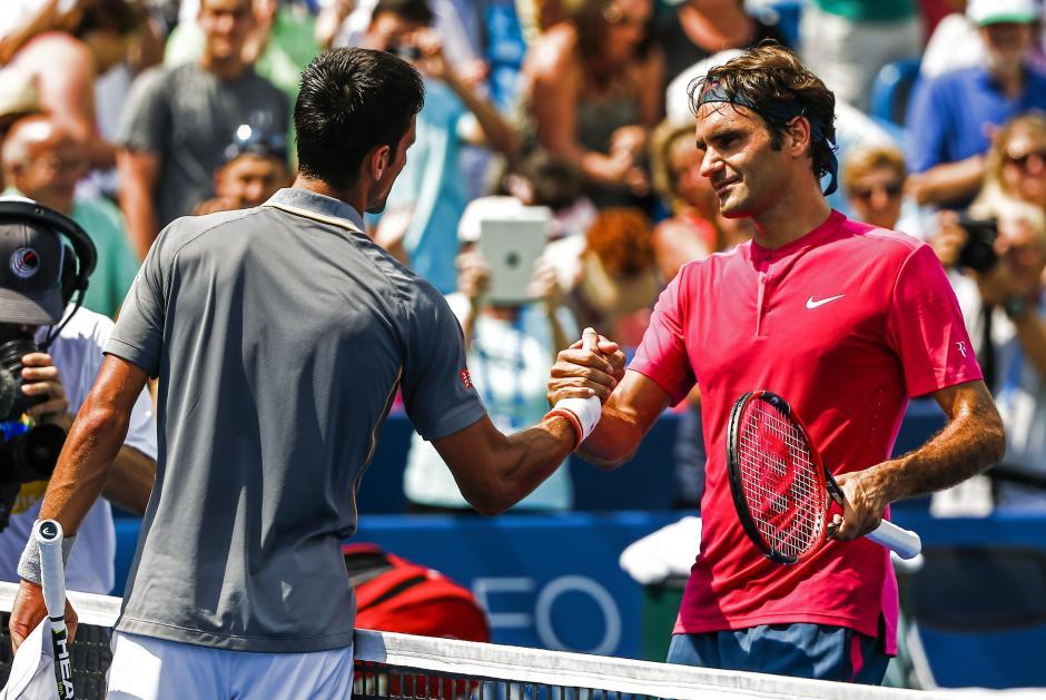 """""""Nole"""" y Federer se saludan luego que el suizo, número dos del mundo, consiguiera la victoria"""
