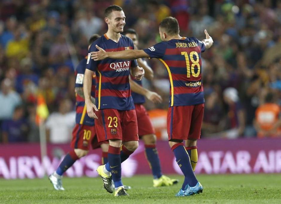 El defensa belga de Barcelona, Thomas Vermaelen, (izq) celebra su gol con Jordi Alba. (Foto: EFE)
