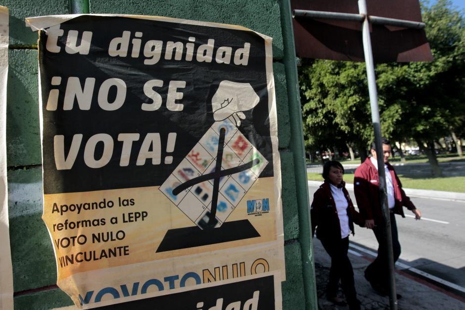 También se pudo observar en las calles campañas que invitan al voto nulo en la capital, debido a los actos de corrupción en los que se han visto involucrados políticos. (Foto: EFE/Esteban Biba)