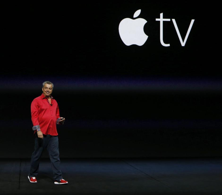 El responsable de software y servicios de internet de Apple, Eddy Cue, presenta la versión actualizada del Apple TV. (Foto: EFE/Mónica Davey)