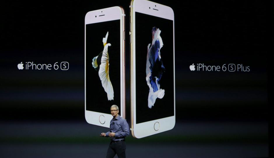 El consejero delegado de Apple, Tim Cook, presenta las versiones actualizadas del iPhone 6S y del iPhone 6S Plus. (Foto: EFE/Mónica Davey)