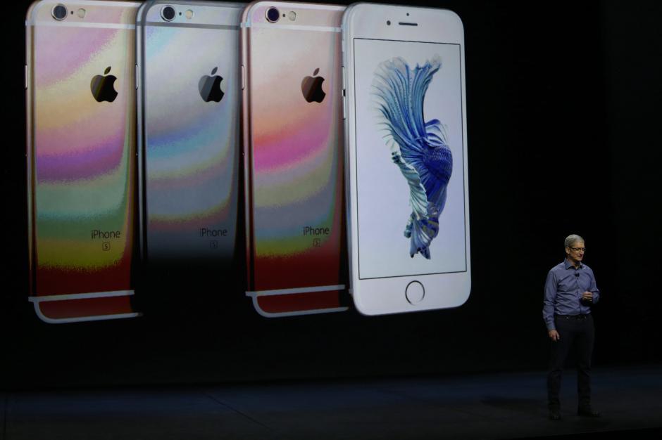 El director ejecutivo de Apple, Tim Cook, habla junto a imágenes del iPhone 6S y 6S Plus. (Foto: EFE/Mónica Davey)