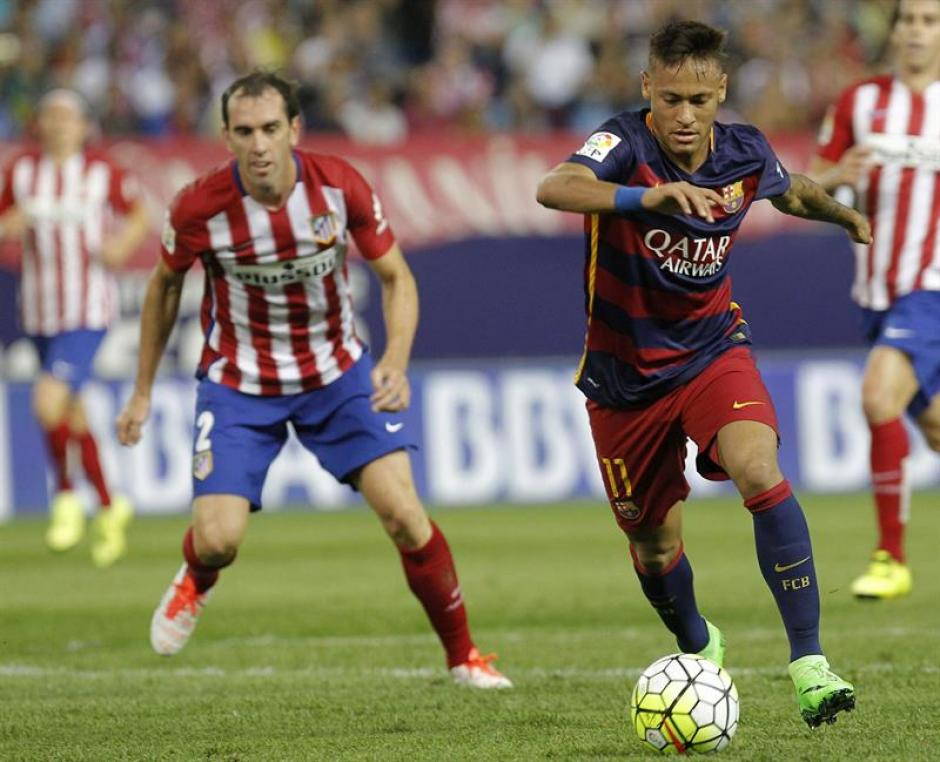 El brasileño Neymar anotó el primero de Barcelona, tras un cobro magistral de tiro libre. (Foto: EFE)