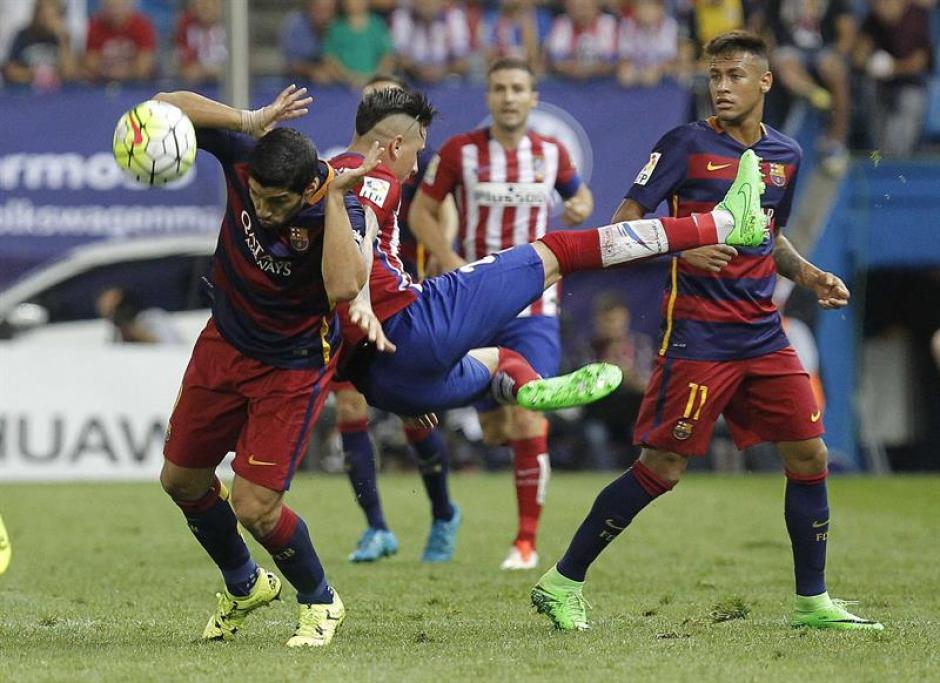 Luis Suárez intentó imponer condiciones en la ofensiva. El juego fue disputado con mucha fortaleza en todos los sectores de la cancha. (Foto: EFE)